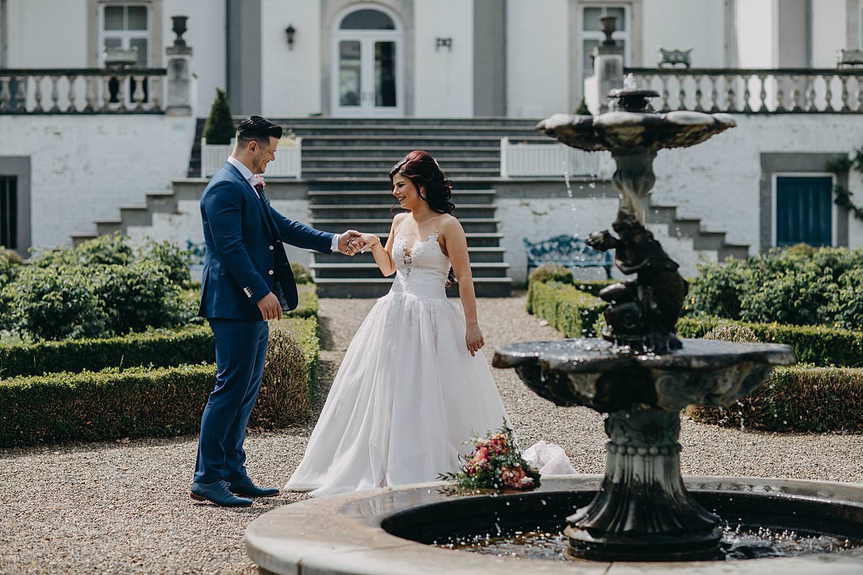 Wijnkasteel Genoelselderen bruidspaar fontein