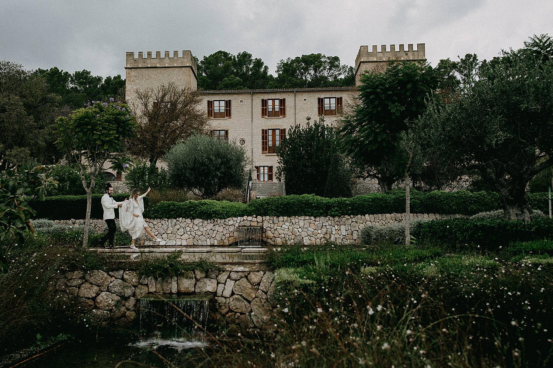 bruidspaar stapt stepping stones Hotel Castell Son Claret