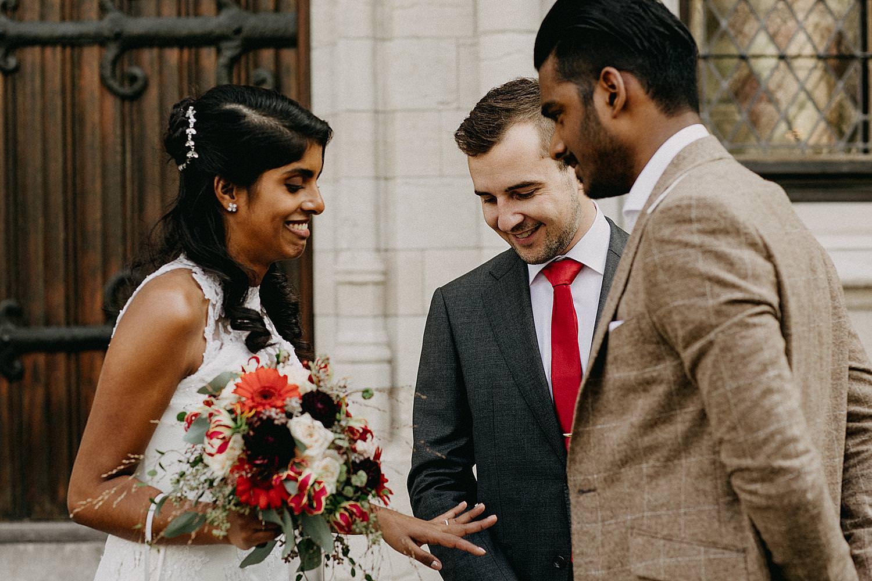 Indische bruid toont huwelijkringen