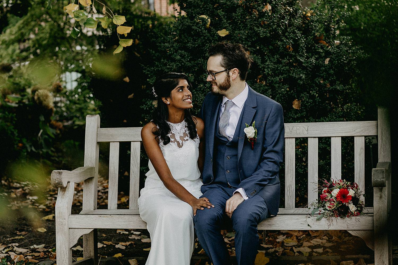 huwelijksreportage bruidspaar tuinbank kruidtuin Leuven