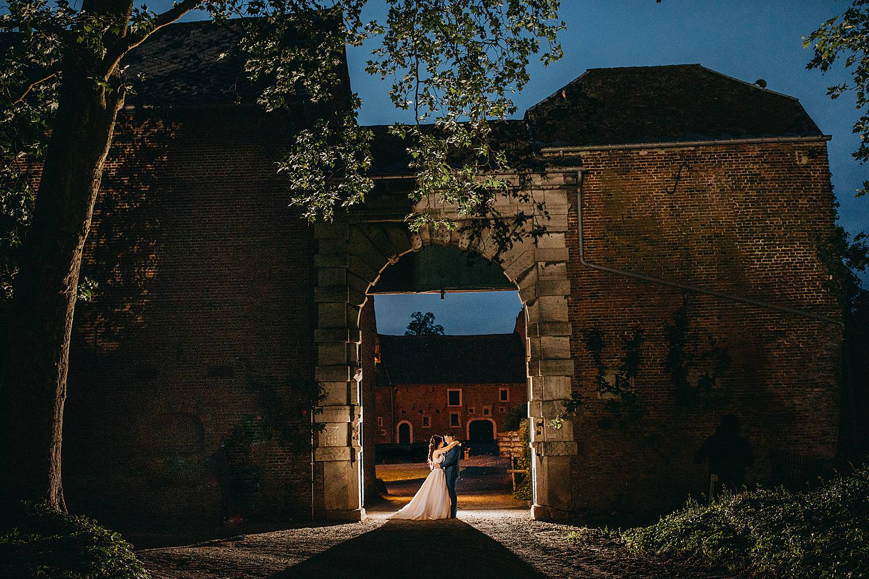 Monnikenhof nachtopname bruidspaar poort