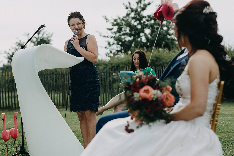 speech Monnikenhof bruidspaar kijkt