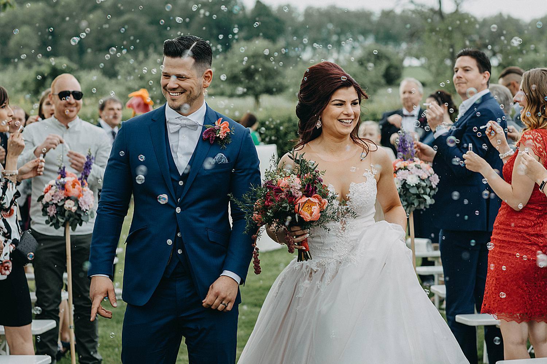 uittrede bruidspaar huwelijk tuin Monnikenhof bellen blazen