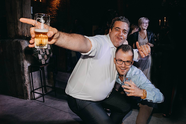 vrienden dansen bier huwelijk