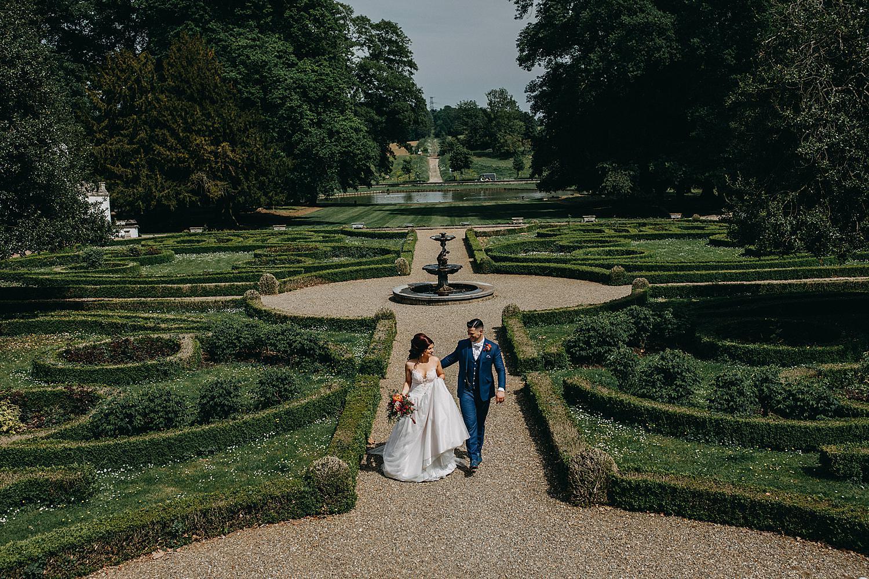 Genoelselderen wijnkasteel binnentuin bruidspaar wandelt