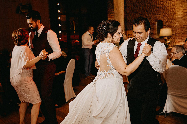 bruid danst met vader Hof van Boeres