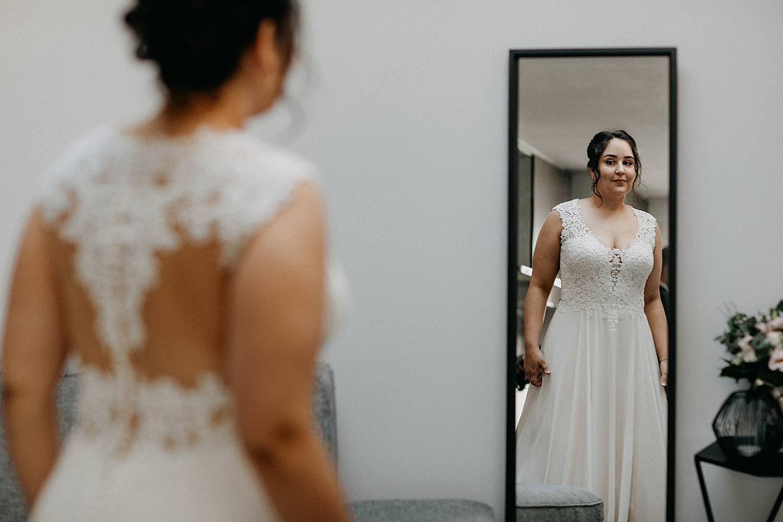 bruid voor spiegel