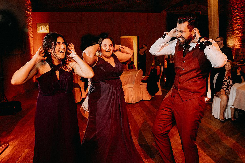 bruidegom dans vriendinnen dansen huwelijk Hof van Boeres