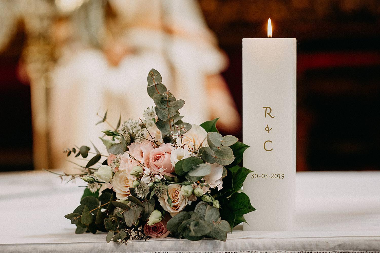 bruidsboeket en huwelijkskaars altaar Sint-Carolus Borromeuskerk