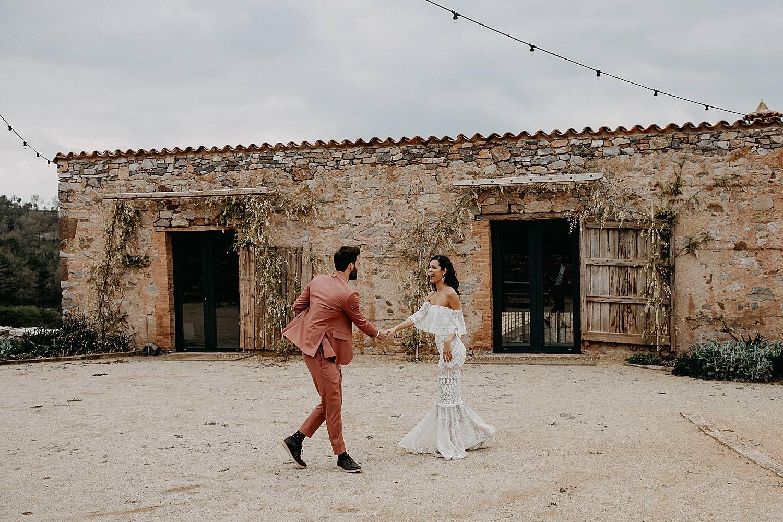 bruidspaar dans op binnenplein this must be the place Barcelona