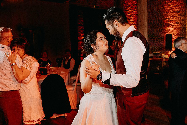 bruidspaar dansvloer huwelijk bruidegom dans vriendinnen dansen huwelijk Hof van Boeres