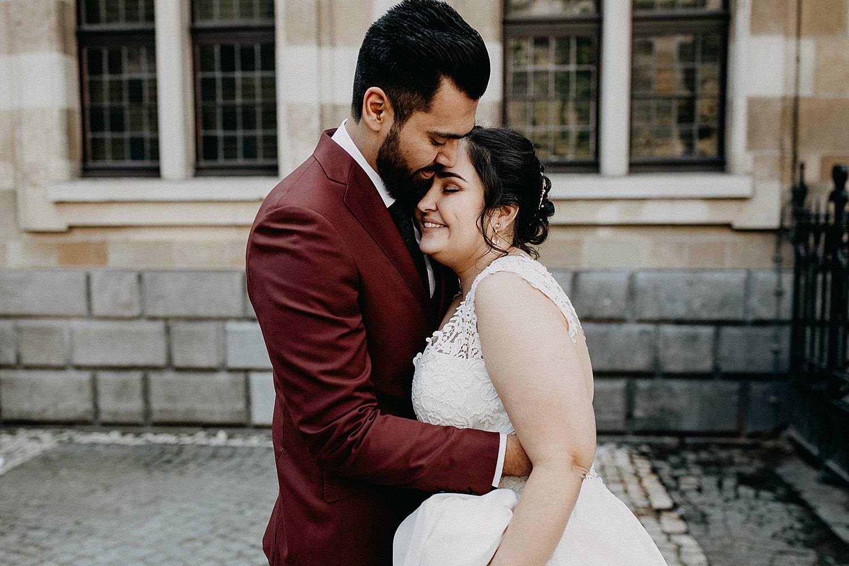 bruidspaar knuffel Hendrik Conscienceplein