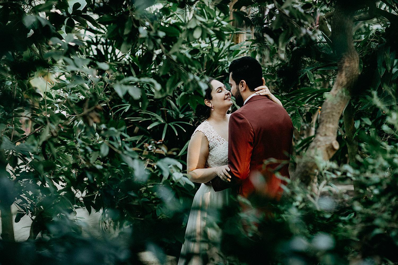 bruidspaar tussen planten