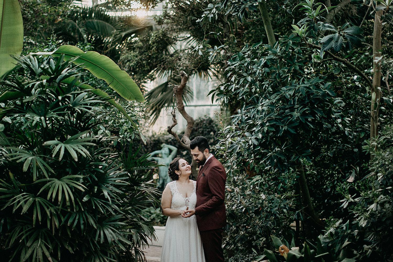 bruidspaar poseert in serre plantentuin Meise