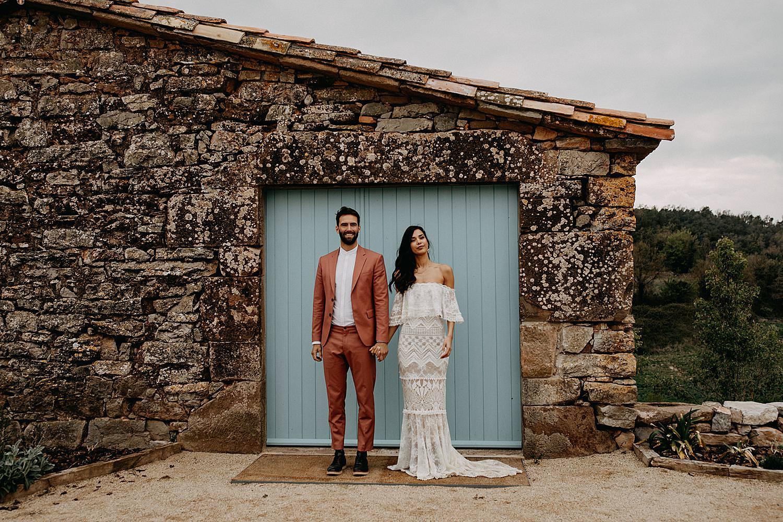 bruidspaar staat voor poort