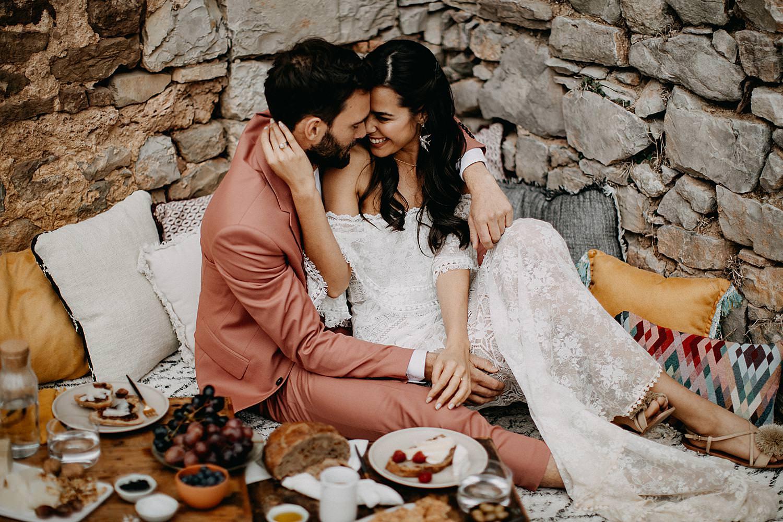 bruidspaar voor lage eettafel Barcelona