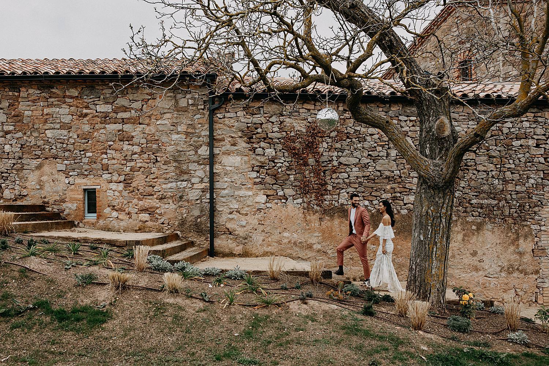 Bruidspaar wandel op stenen trap Barcelona