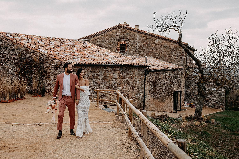 Bruidspaar wandelt feestzaal Barcelona landschap