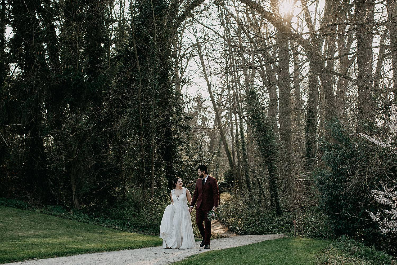 bruidspaar wandelt hand in hand park plantentuin Meise