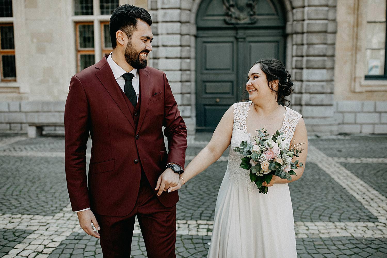 bruidspaar wandelt Hendrik Conscienceplein Antwerpen