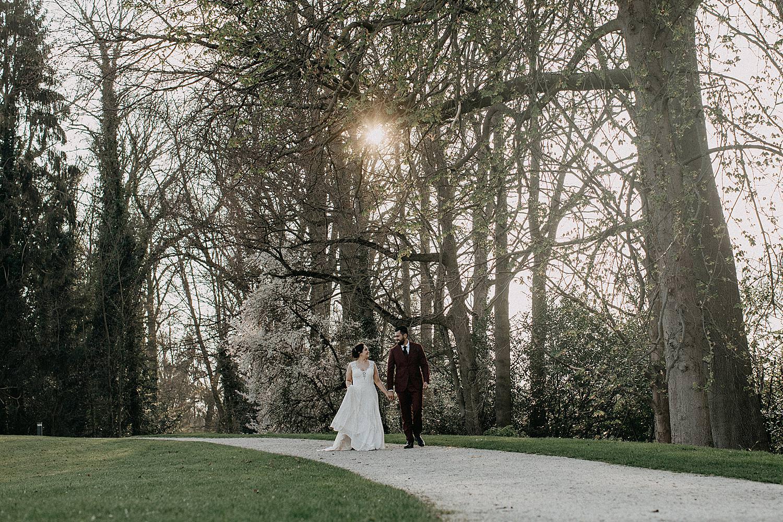 bruidspaar wandelt park plantentuin Meise