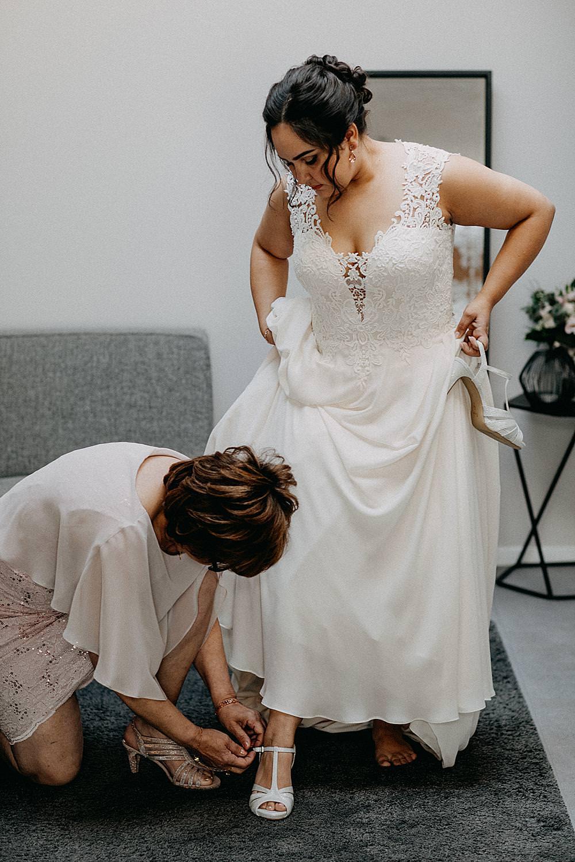 bruidsschoenen aantrekken bruid