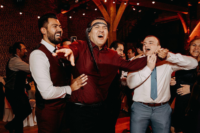 gasten maken plezier huwelijk dansvloer