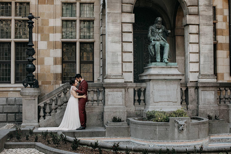 Hendrik Conscienceplein bruidspaar voor beeld