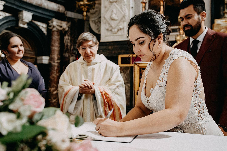 bruid tekent huwelijk Sint-Carolus Borromeuskerk