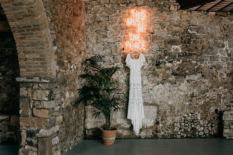 huwelijksjurk indoor Barcelona tegen stenen muur