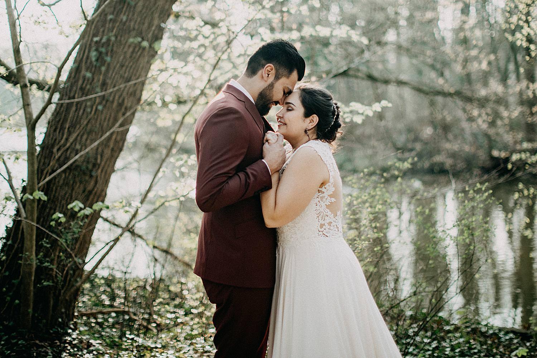 huwelijksreportage bruidspaar knuffel plantentuin vijver Meise