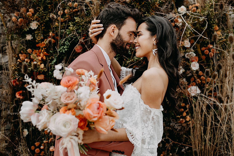Knuffel bruidspaar Barcelona huwelijk