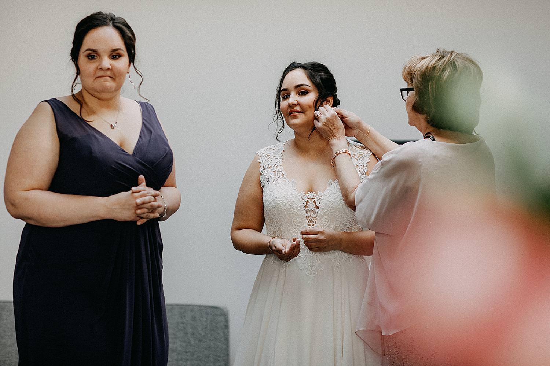 oorringen aansteken bruid