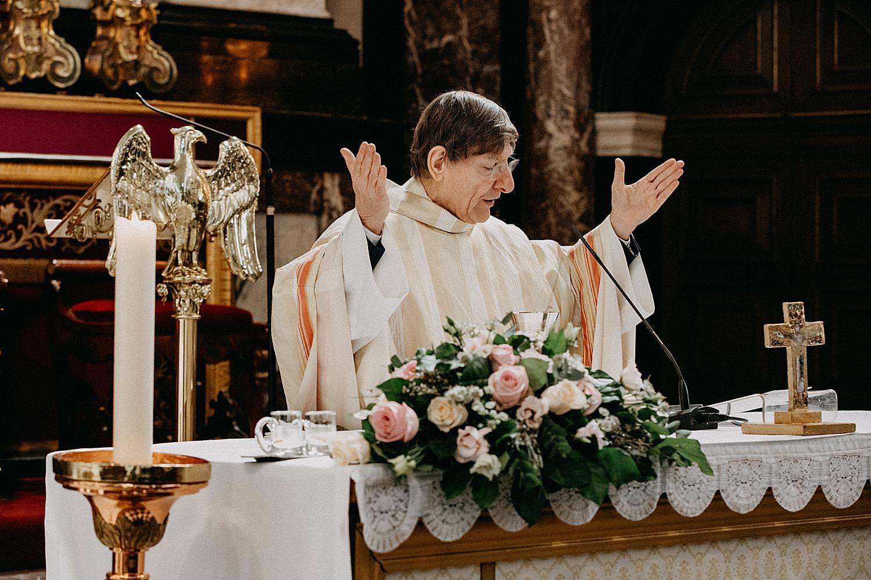 priester huwelijk Sint-Carolus Borromeuskerk