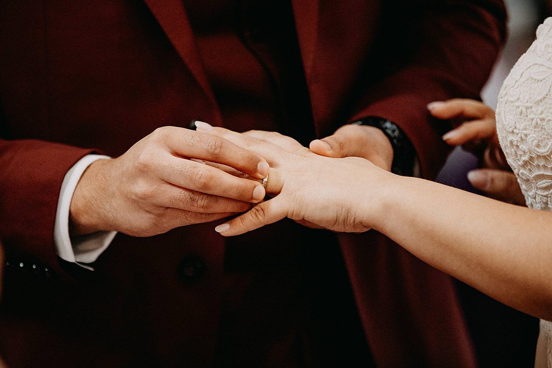 uitwisselen huwelijksringen Sint-Carolus Borromeuskerk