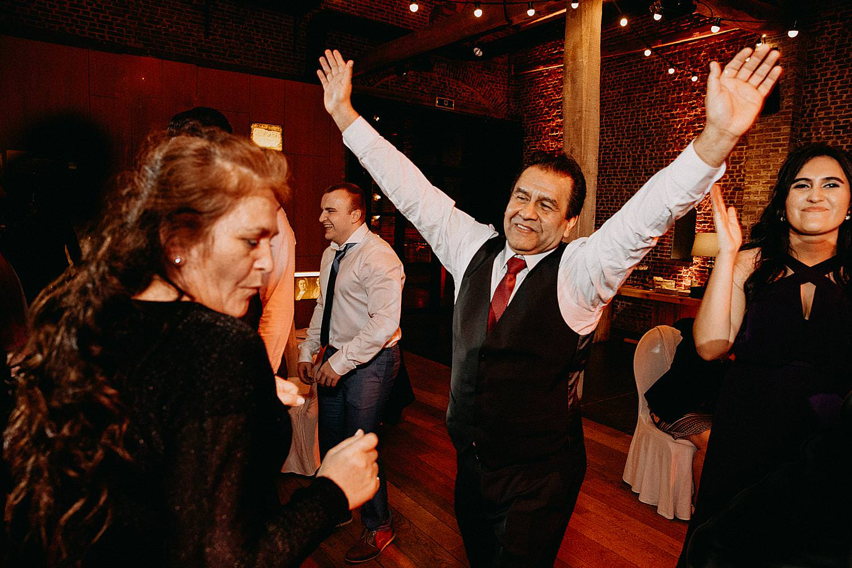 vader juicht dansvloer huwelijk