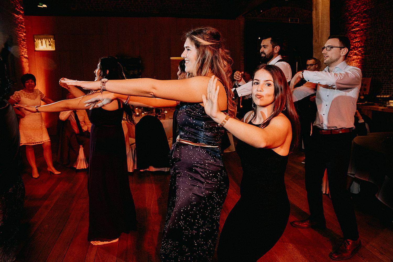 vriendinnen dansen huwelijk Hof van Boeres