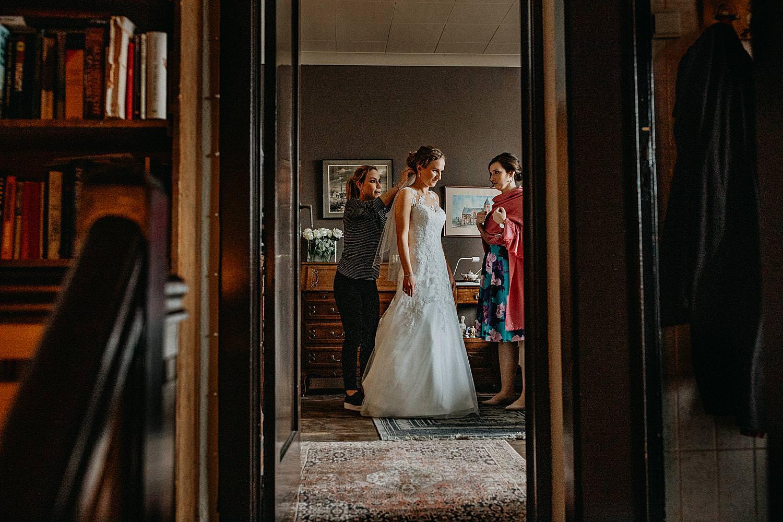 bruid aankleden trouwkleed Hasselt