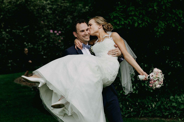 bruidegom tilt bruid op