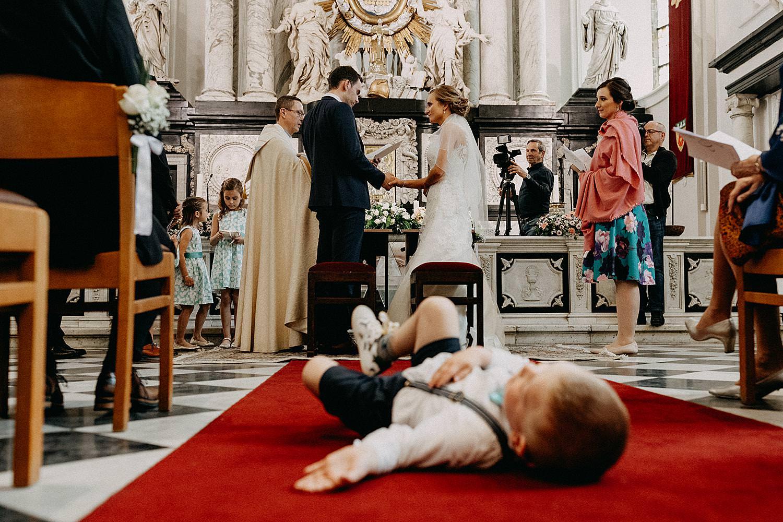 bruidsjongen op grond Sint-Quintinuskathedraal