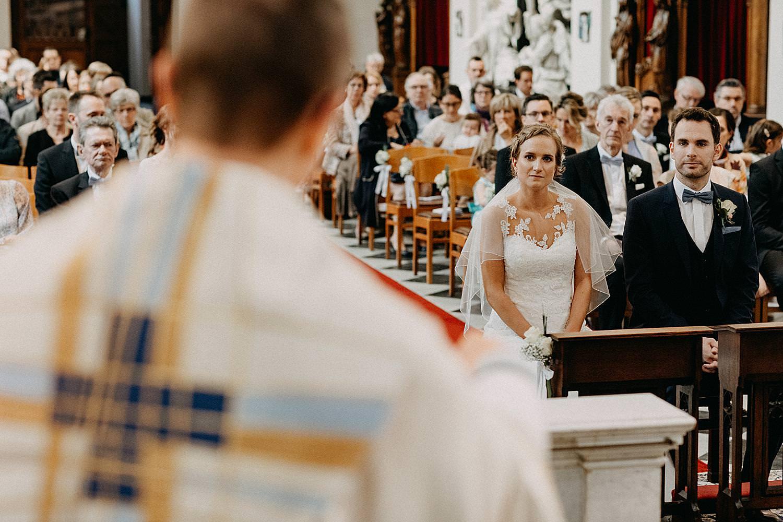 bruidspaar luistert preek Sint-Quintinuskathedraal Hasselt