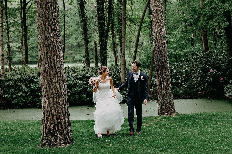 bruidspaar wandelt bos La Butte aux Bois
