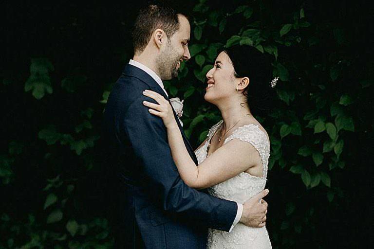 Koppel huwelijk Fonteinhof Borgloon huwelijksreportage tuin