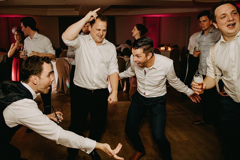 vrienden dansvloer huwelijk uitbundig La Butte aux Bois
