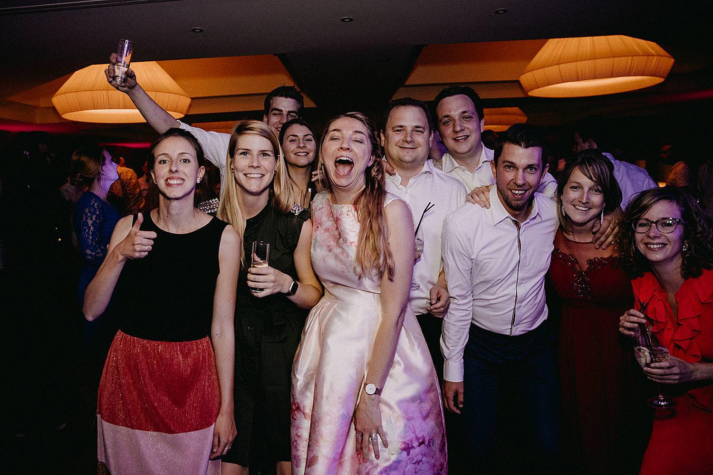 groep vrienden dansvloer vriend knijpt vriend dansvloer La Butte aux Bois