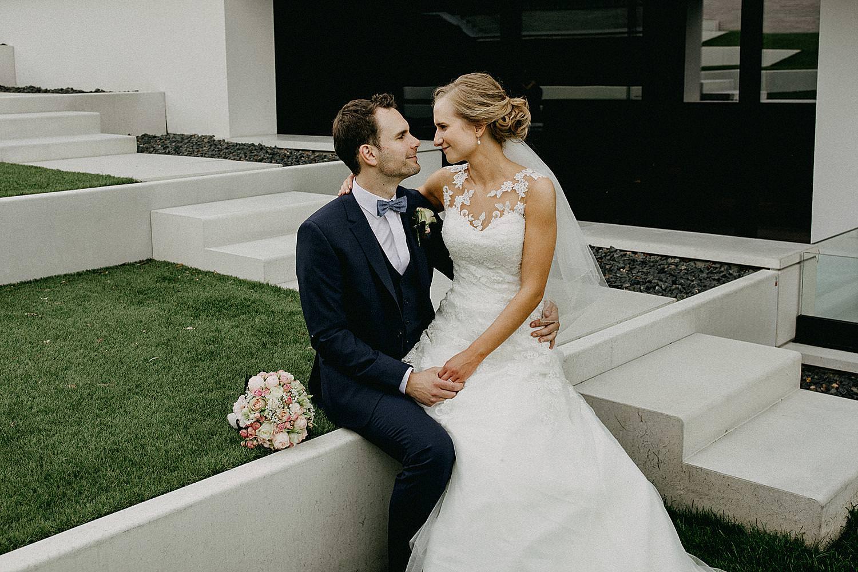 La Butte aux Bois bruid zit op schoot bruidegom