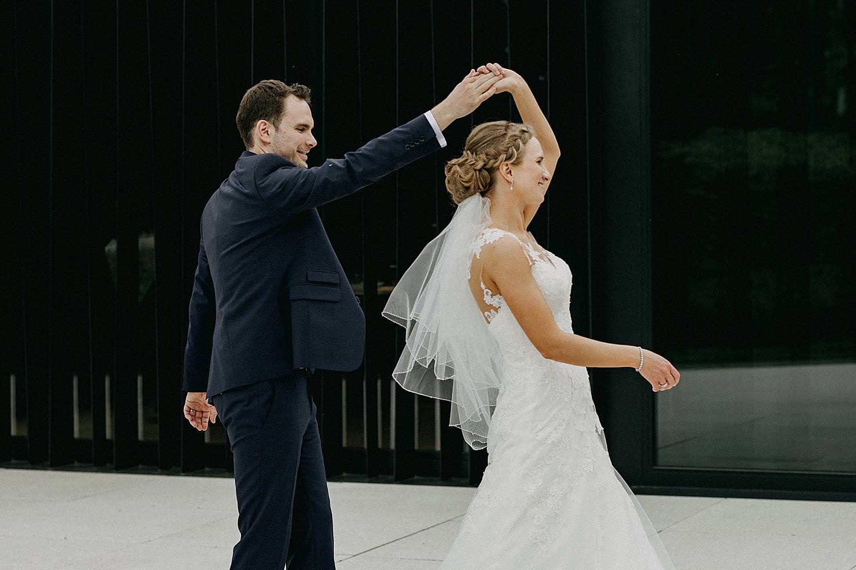 swing dans photoshoot bruidspaar La Butte aux Bois
