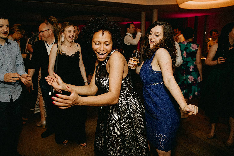 vriendinnen dansen huwelijk La Butte aux Bois