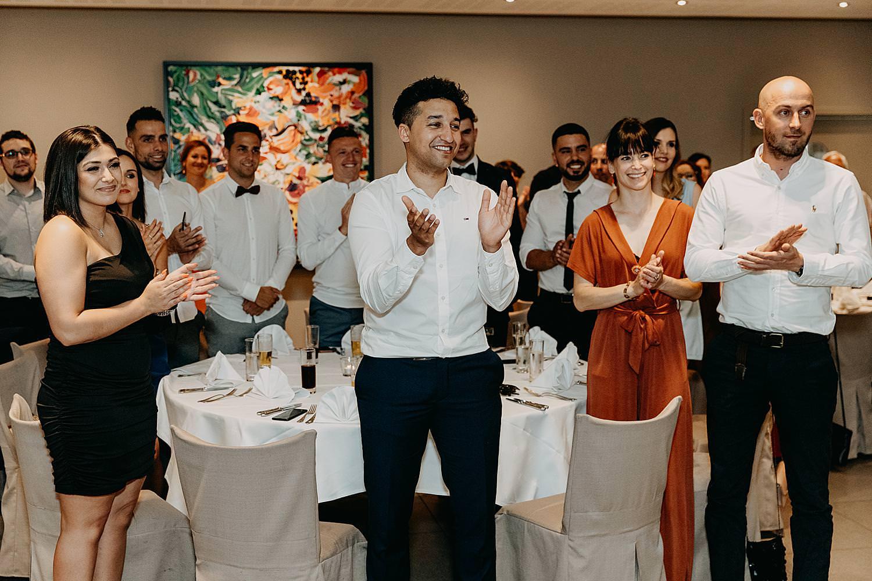 Applaus intrede bruidspaar