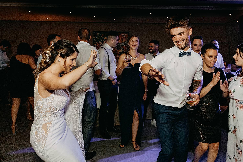 bruid danst met broer feestzaal